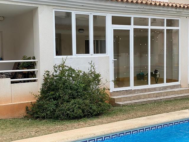 Cerramiento con fijos y puerta de una terraza
