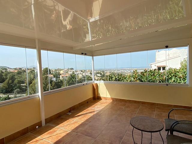 Неподвижный потолок со стеклянной занавеской