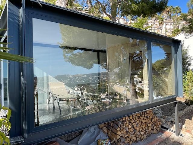 Алюминиевая беседка со стеклянным занавесом в Морайре